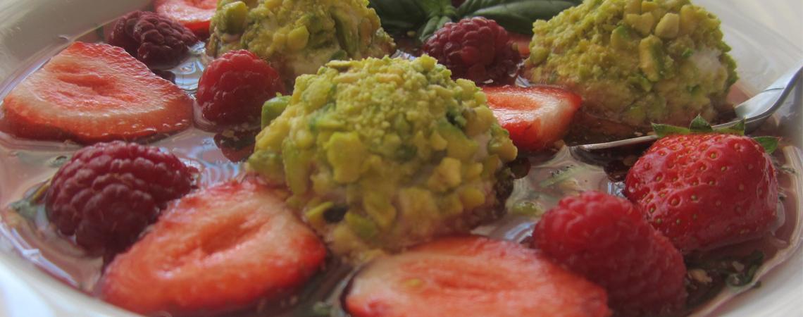Nage de fruits rouges et rochers pistache