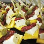 Toasts de polenta, mozzarella et tomate confite